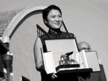 220px-Zhang_Xin_awarded_%27Special_Prize_at_the_8th_International_Architecture_Exhibition_of_la_Biennale_di_Venezia_in_2002.png